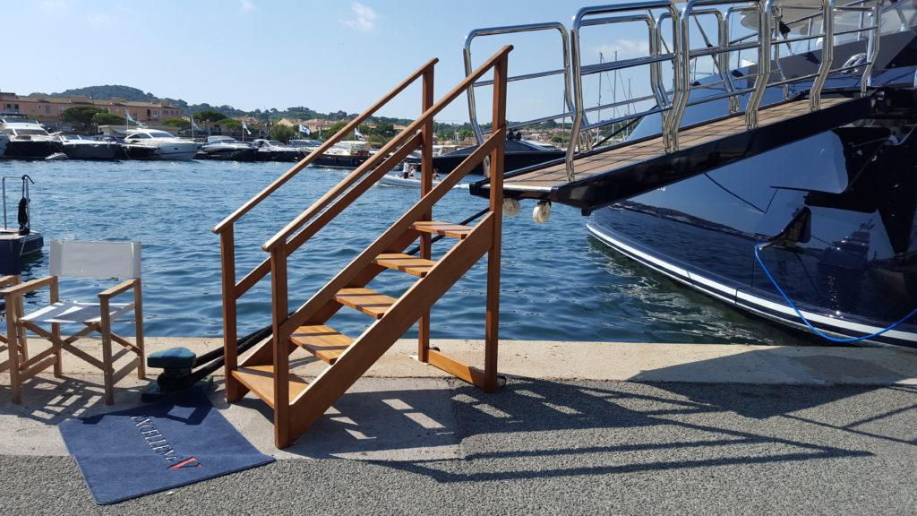 Escalier mobile en bois exotique rouge sur roulettes