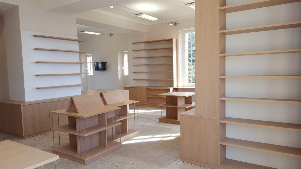 Agencement de boutique/librairie : étagères et présentoirs en placage chêne, vernis satiné