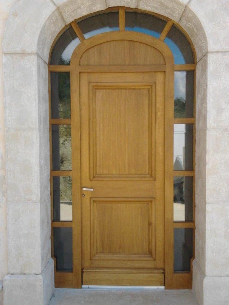 Porte menuisée grand cadre en forme d'anse de panier en chêne massif, partie haute et entourage vitré