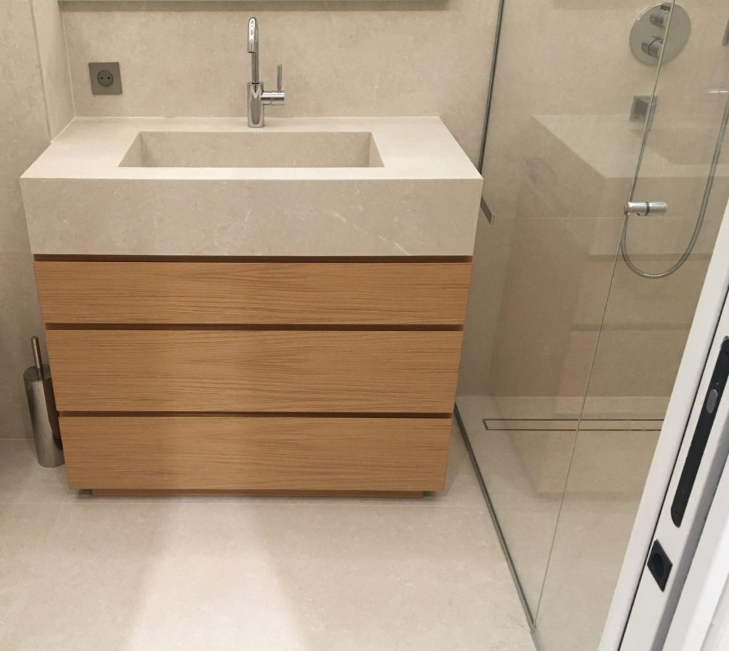 Meuble vasque avec façades en placage chêne, vernis mat. Plan en pierre