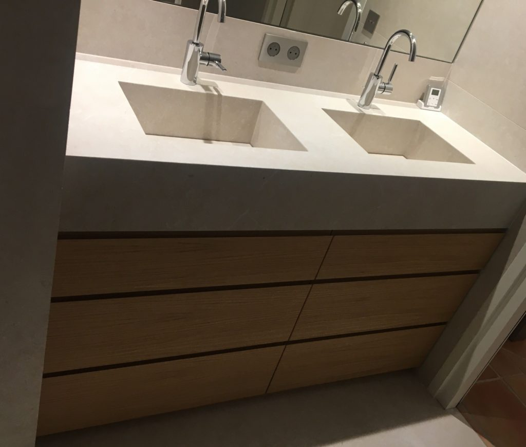 Meuble double vasques avec façades en placage chêne, vernis mat. Plan en pierre