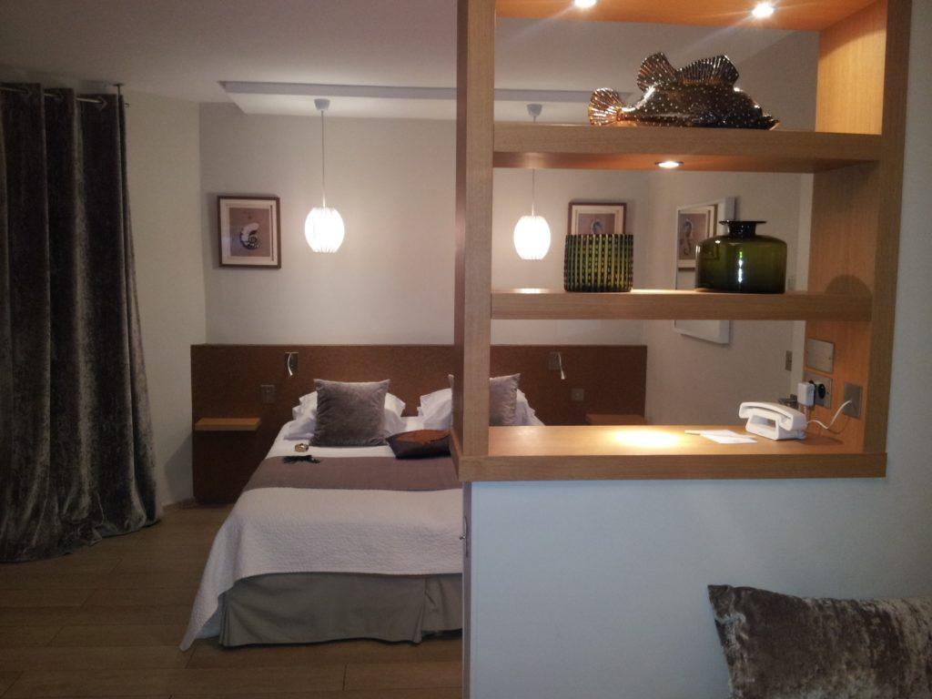 Aménagement chambre d'hôtel : étagères/cloison et tête de lit en placage chêne