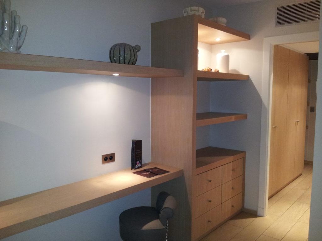 Aménagement chambre d'hôtel : plan de bureau et étagères à fixation invisibles. Verni satiné.