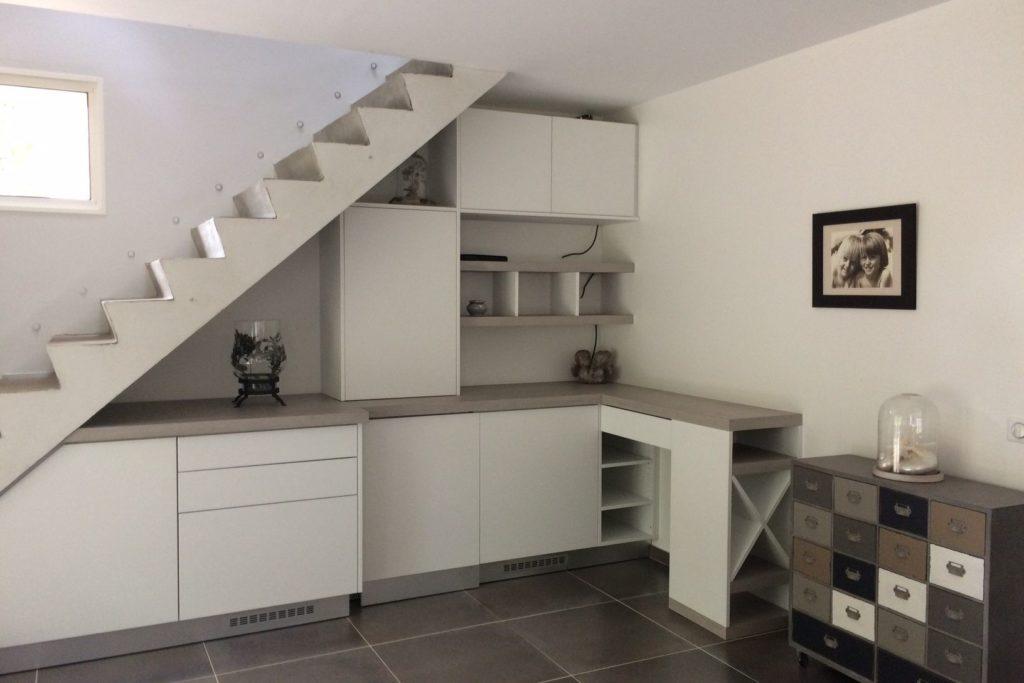 Aménagement sous-escalier avec façades en mélaminé blanc structuré, plan stratifié