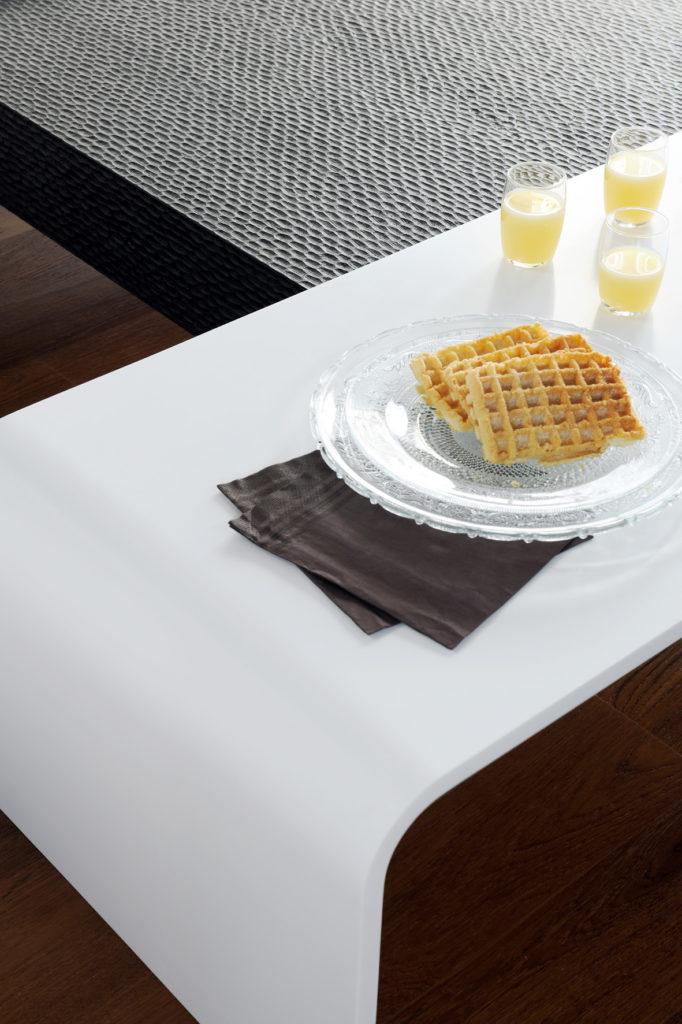 Table basse thermoformée en Corian®